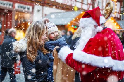 Nikolaus kommt auf Christkindlmarkt