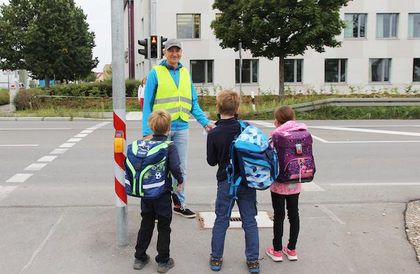 Stadtwerke stiften Bädergutscheine für jeden neuen Schulweghelfer